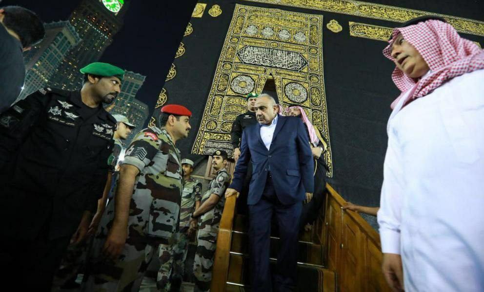 """بعد محمد بن سلمان.. زعيم عربي جديد يصعد لـ""""الكعبة"""" (فيديو)"""