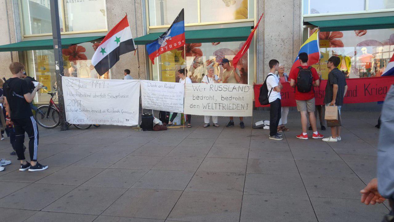 شاهد | شباب سوري يدعس على علم النظام في ألمانيا ويحرج مؤيدي بشار الأسد