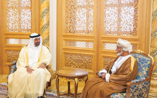على وقع الخلافات الصامتة.. رسالة من محمد بن زايد إلى السلطان قابوس