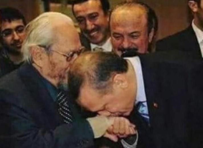 """أستاذ بأكبر جامعة إسلامية في السعودية يتورط بسبب صورة """"أردوغان"""" وهو يقبل يد ملك الماسونية"""