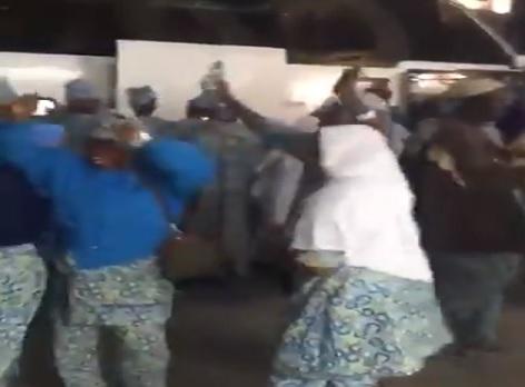 أحضان ورقص جماعي عند المسجد الحرام.. مشاهد تثير ضجة في مكة (فيديو)