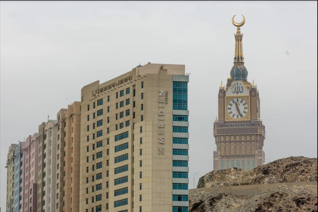 مشهد صادم في محيط المسجد الحرام.. خطر يهدد الحجيج خلف أبراج مكة الشاهقة (فيديو)