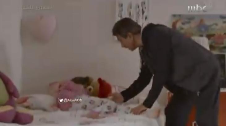 """مشهد مخل جديد في مسلسل """"ممنوع التجول"""".. ناصر القصبي يتحرش بمعلمة ابنته داخل غرفة النوم (فيديو)"""