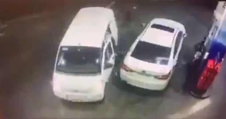 """شاهد.. عامل محطة وقود في سلطنة عمان يلقن لصوصًا درسًا قاسيًا بـ""""مضخة الوقود"""""""