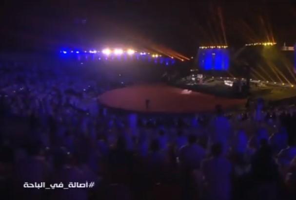 وسط صيحات الجمهور.. سعودي يفاجئ المطربة السورية أصالة بما فعله خلال حفلها في الباحة (صور)