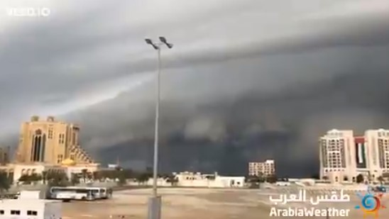 سحب مرعبة كالجبال تغطي سماء الإمارات.. والشمس تغيب في مشهد كأنه يوم القيامة (فيديو)