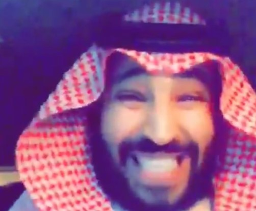 """ظهور شبيه لـ""""محمد بن سلمان"""" يرتكب أعمالًا مفاجئة.. وقرار صادم من الديوان الملكي السعودي بحقه (فيديو)"""