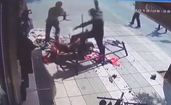 حرب شوارع بين مجموعة سوريين في غازي عنتاب.. سكاكين وسيوف (فيديو)