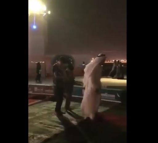 صلاة على أنغام الموسيقى.. مشهد صادم في شاطيء الحمراء في جدة (فيديو)