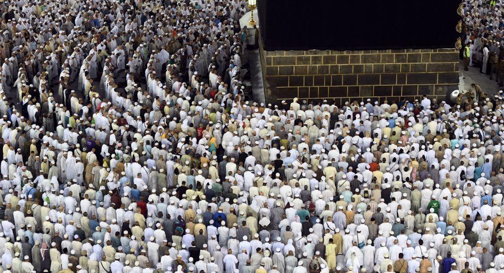 من جوار الكعبة.. زعيم عربي يبكي أثناء صلاته في المسجد الحرام (فيديو)