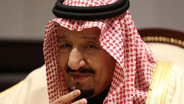 """زعيم عربي انسحب من حلف """"المقاطعة الخليجية"""" يفاجئ """"الملك سلمان"""" بعد هجوم بقيق"""