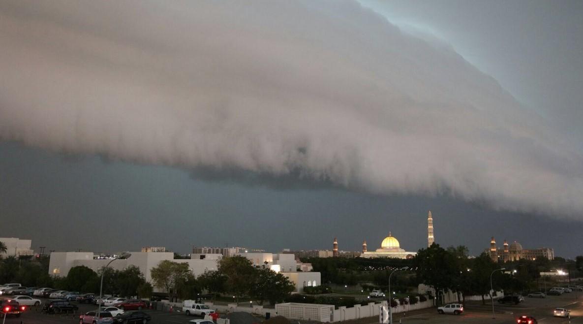 كتل قادمة من الشمال والبحر تضرب سلطنة عمان.. تفاصيل هبات قوية تقلب الأجواء