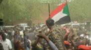 """الجيش السوداني يحمي المتظاهرين.. وتكهنات بعزل """"البشير"""" بعد اقتحام القصر الرئاسي"""