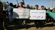 مظاهرة بإدلب تطالب تركيا بالضغط على روسيا للانسحاب من شرق السكة.. ووفد عسكري يدخل حماة