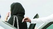 السعودية .. قائد سيارة يتحرّش بامرأة في طريق عام .. والشرطة تطارده (فيديو)