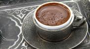 """بالفيديو.. هذا ما فعله أمير سعودي حين قدمت له قهوة """"تركية"""""""