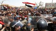 """شاهد.. الحرس الثوري الإيراني يقوم بتوزيع أشياء """"غريبة"""" على المتظاهرين بالعراق"""