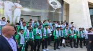 في موقف مفاجئ.. المنتخب السعودي يقوم بتوزيع هدايا على الجماهير الفلسطينية (صور)