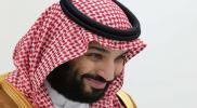 """في حضور كبار """"آل سعود"""".. محمد بن سلمان ينحني أمام الأمير القوي ويقبل يده (فيديو)"""
