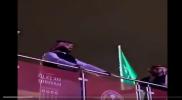"""واقفًا على قدميه .. """"بن سلمان"""" يشاهد حدثًا تاريخيًا لأول مرة في السعودية (فيديو)"""