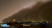 مشهد مخيف كأنه القيامة.. عاصفة رملية مرعبة تحوّل نهار السعودية إلى ليل (فيديو)