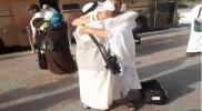 """وسط بكاء وصراخ.. شقيقان سوريان يجمعهما """"الحج"""" بعدما فرقهم """"نظام الأسد"""" (فيديو)"""
