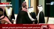 """سرّ مصافحة """"الملك سلمان"""" لرئيس وزراء قطر للمرة الثانية في #القمه_الخليجيه_العربيه (فيديو)"""