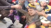 """""""الله أكبر"""" هزت الموقع.. لحظة مؤثرة لانتشال طفل حيًا من تحت الأنقاض في إدلب (فيديو)"""