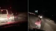 مشهد مخيف.. فتاة تسير بمفردها على طريق مظلم في السعودية والشرطة تحل لغزها (فيديو)