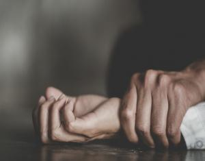 بعد اغتصابها وحملها سفاحًا بدمشق.. شخص يقتل ابنة عمه في الحسكة والعائلة ترفض دفنها