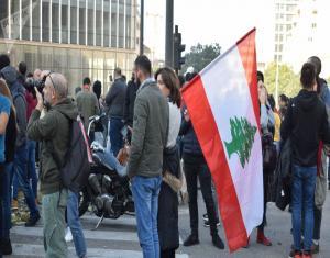 """لبنان ينتفض.. صدامات قوية مع قوات الأمن ومتظاهرون يحاولون """"حرق"""" أنفسهم"""