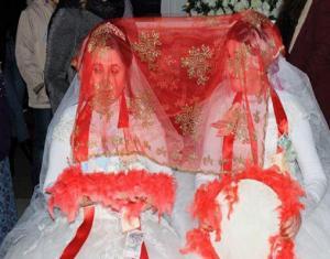 """أغرب عرس في تركيا.. شقيقتان بـ""""الفستان الأبيض"""" دون زوج والسبب مفاجئ"""