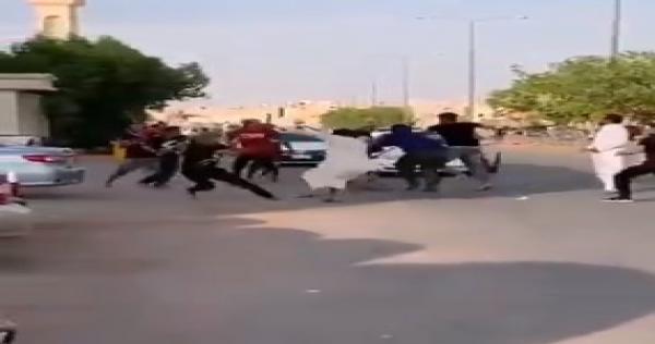 الظاهرة تنتقل من تركيا إلى السعودية.. حرب شوارع بـ السكاكين والعصي  بين سوريين في الرياض (فيديو)   الدرر الشامية