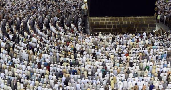 مفاجآت في المسجد الحرام وبجوار الكعبة تتعلق بابن زعيم عربي (صور)   الدرر الشامية