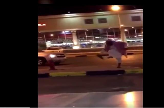 """واعظ سعودي يسب فتاة بوصف """"خادش"""" ويرميها بالحذاء أمام المارة (فيديو)"""