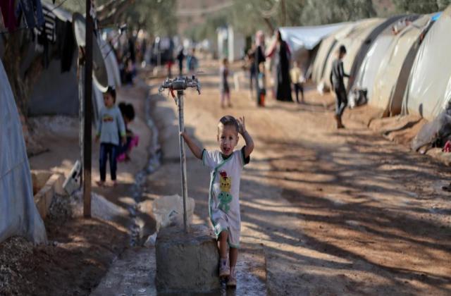 عشرات حالات التسمم في مخيم للنازحين السوريين بريف إدلب