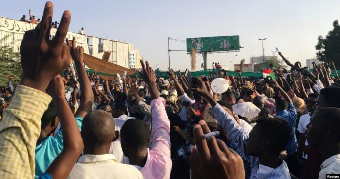 """بالصور.. """"ضيف غير متوقع"""" وسط المتظاهرين السودانيين أمام مقر قيادة القوات المسلحة"""