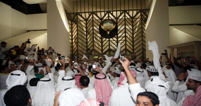 الكويت تصدر عفو عن أحد مقتحمي مجلس الأمة