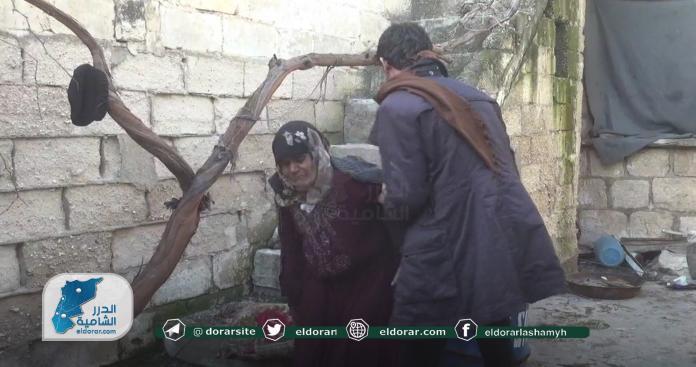 العجوز الوحيدة.. قصة مؤثرة لنازحة تعيش بمفردها بلا معيل جنوبي إدلب (صور)