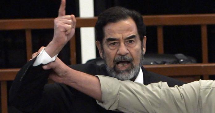 """تضمنت مفاجأت وصدمات.. شاهد: الكشف عن خفايا اللحظات التي سبقت إعدام """"صدام حسين"""" (فيديو)"""