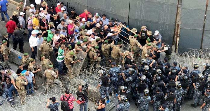 شاهد.. اشتباكات بين عسكريين والشرطة اللبنانية (صور وفيديو)