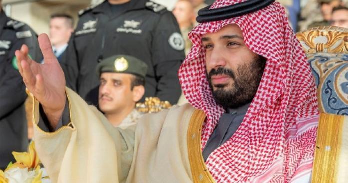 """جدل بسبب الرجل الجالس بجوار """"ابن سلمان"""" في صلاة عيد الفطر (صور)"""
