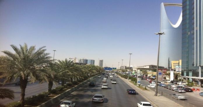 """شاهد.. فتاة سعودية تتجول بلباس """"غير محتشم"""" بشوارع الرياض لاختبار رد الفعل (فيديو)"""