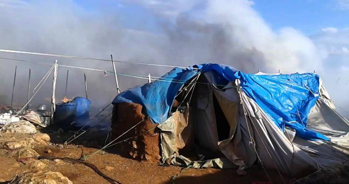 احتراق خيام النازحين جراء القصف الجوي على إدلب(فيديو)