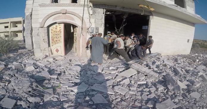 """""""نيويورك تايمز"""" تؤكد مسؤولية الطيران الروسي عن قصف قرية """"الرحمة"""" للنازحين جنوب إدلب"""