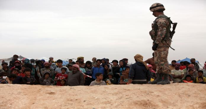 شاهد.. نازحون يتظاهرون لمطالبة إسرائيل بفتح الحدود