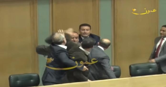 البرلمان الأردني يتحوّل إلى حلبة مصارعة.. اشتباكات بالأيدي وزجاجات متطايرة (فيديو)