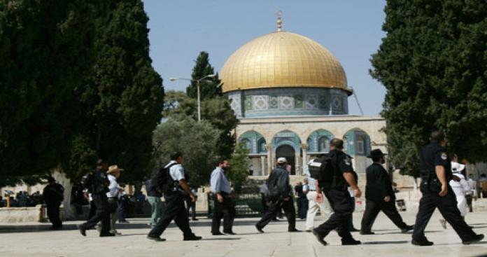 مستوطنون ومخابرات الاحتلال يقتحمون الأقصى