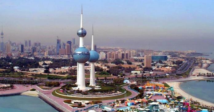 شاهد.. في مشهد مروع الأرض تبتلع شخصًا في الكويت وسط ذهول المشاهدين (فيديو)