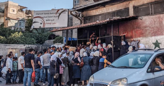 تقرير يرجع طوابير الخبز إلى دمار الأفران بقصف النظام وروسيا